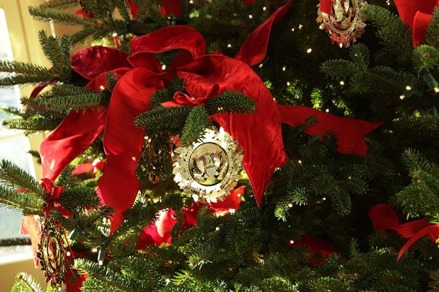 "WASHINGTON, DC - NOVEMBER 27:  Ornaments on a Christmas tree at the White House during a press preview of the 2017 holiday decorations November 27, 2017 in Washington, DC. The theme of the White House holiday decorations this year is ""Time-Honored Traditi (Foto: Getty Images)"