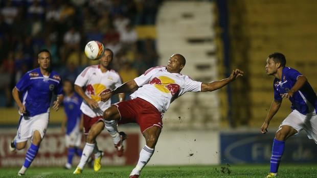 Denilson disputa bola durante a estreia do RB Brasil na Série A2 do Campeonato Paulista (Foto: Divulgação / RB Brasil)
