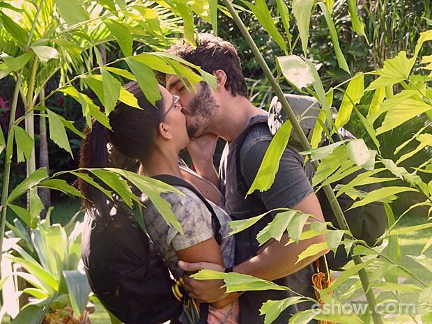 William beija Celina antes de missão (Foto: Além do Horizonte/TV Globo)