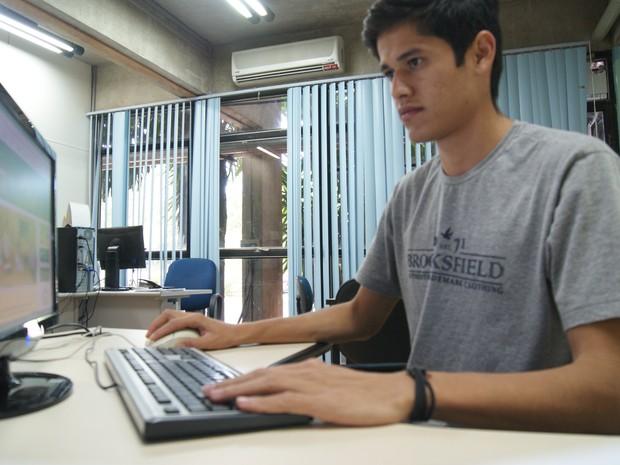 Joilson Francelino Santana, 25 anos, acadêmico de Comunicação Social, e beneficiário do Vale Universidade (Foto: Divulgação/Sedhast)