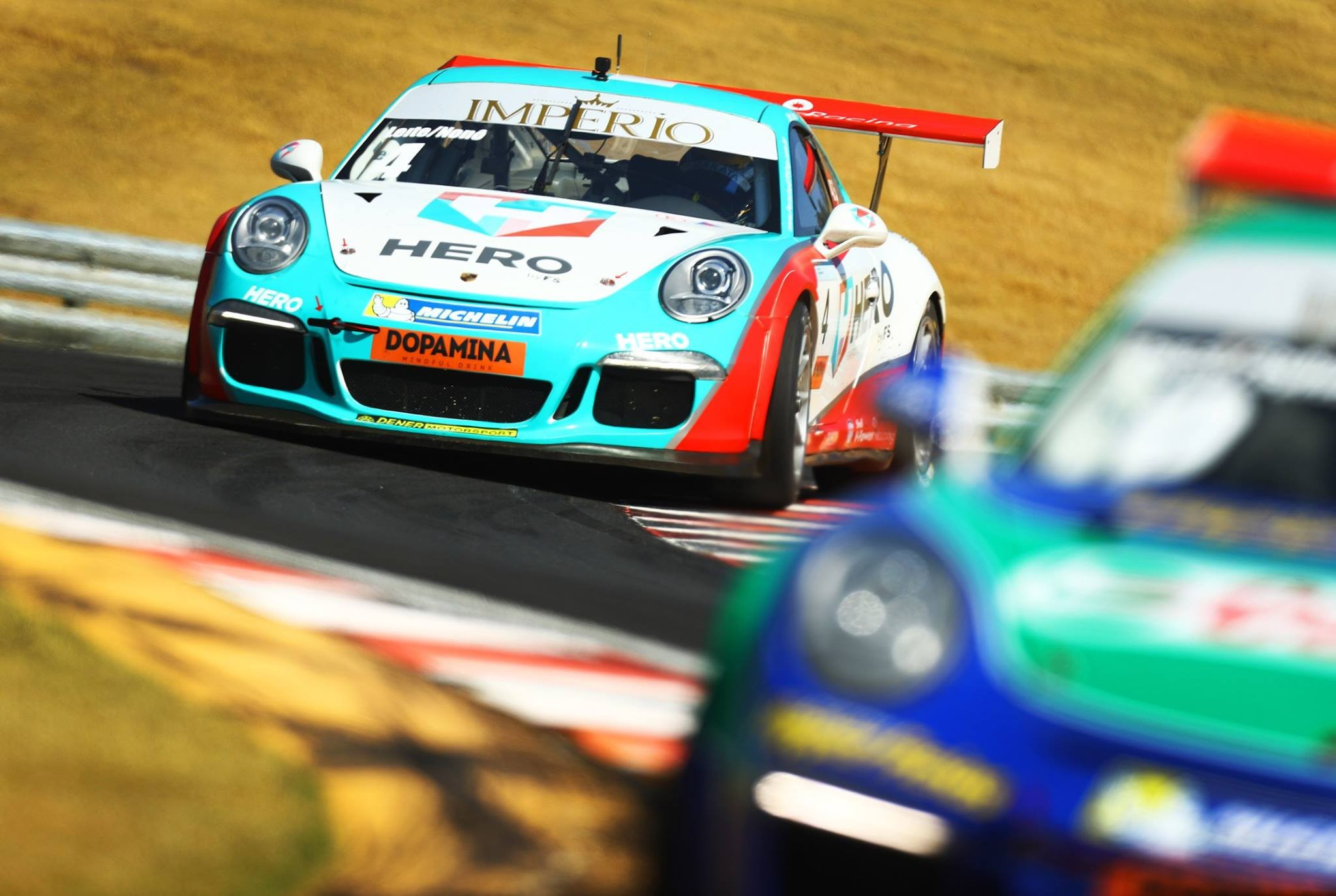 O Porsche da categoria Cup da dupla Beto Leite/Nonô Figueiredo #4 entrando na curva do S em descida (Foto: Porsche Império GT3 Cup/Luca Bassani)