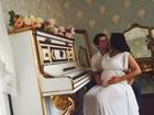 Mônica Carvalho posa com o marido e exibe barrigão de grávida
