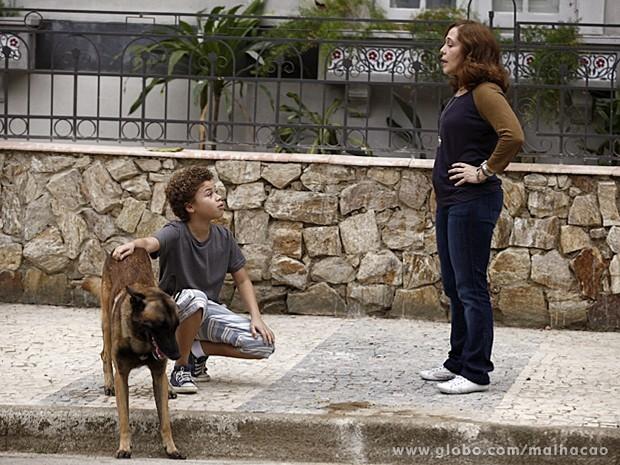 Pedro defende o novo amigo e pede para ficar com ele (Foto: Malhação / TV Globo)