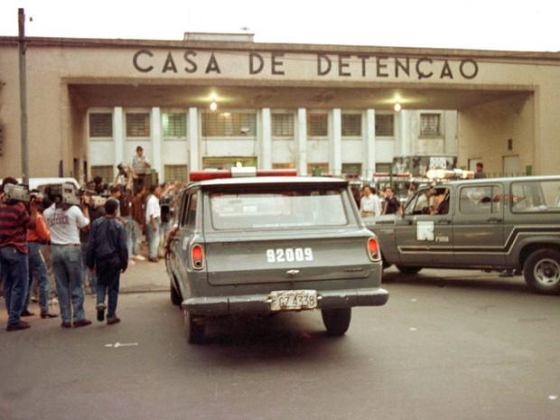 Foto de arquivo de 2 de outubro de 1992 mostra carros da ROTA entrando na Casa de Detenção de São Paulo (Carandiru) para conter uma rebelião. O episódio ficou conhecido como Massacre do Carnadiru, onde 111 presos foram assasisnados (Foto: Mônica Zarattini/Estadão Conteúdo/Arquivo)