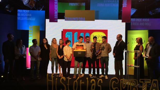 Equipe do curta 'Provinciano' recebe o troféu e a câmera da Sony como prêmio (Foto: Gabriela Haas/RBS TV)