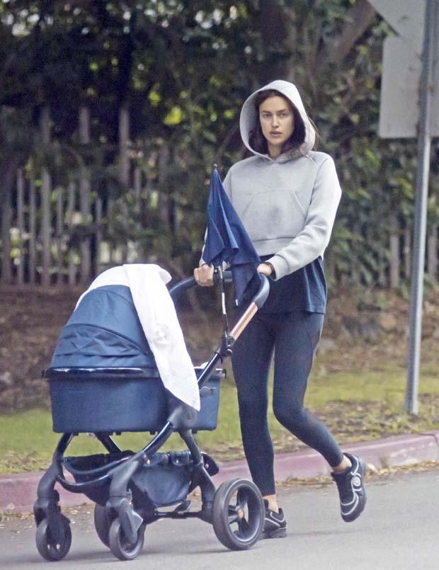 Irina Shayk passeia com filha (Foto: The Grosby Group)
