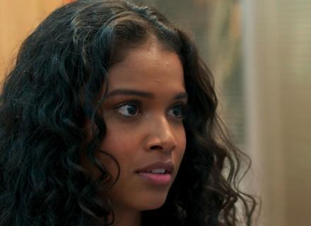 Joana revela a Ricardo que é filha de Carmem