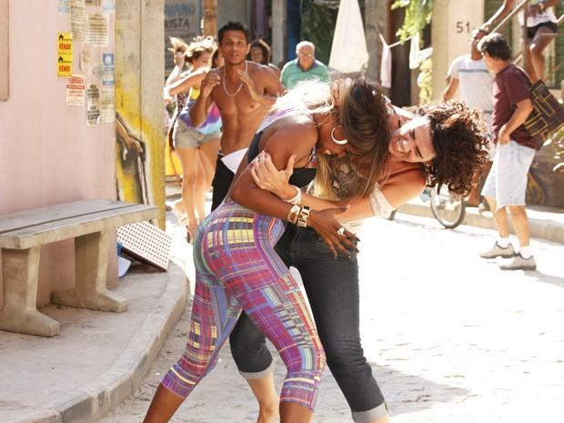 É briga! Delzuite quase arranca os apliques de Vanúbia (Foto: Salve Jorge/TV Globo)