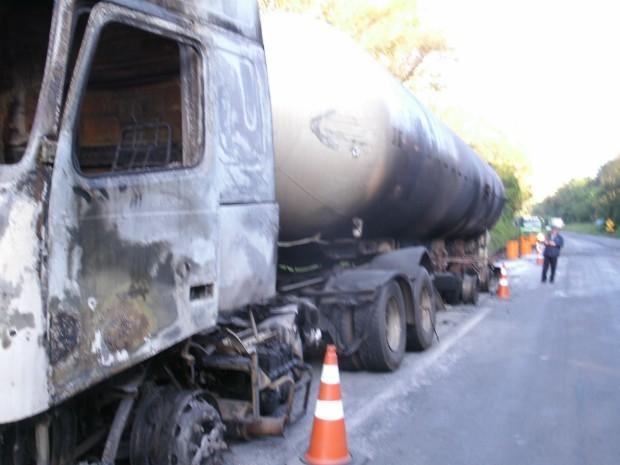 Caminhão usado no transporte de gás estava vazio, mas não havia sido descontaminado, o que causou o incêndio, aponta a PRF (Foto: PRF / Divulgação)