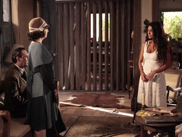 Irmã de Nacib desce a lenha em Gabriela (Foto: Gabriela / TV Globo)