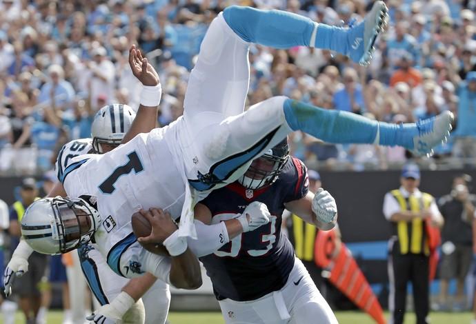 Cam Newton faz acrobacia para fazer o touchdown (Foto: AP Photo/Chuck Burton)