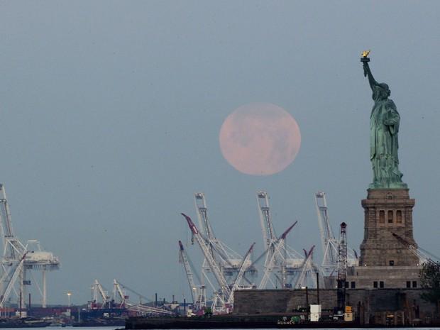 Superlua é vista perto da estátua da Liberdade, em Nova York. (Foto: Julio Cortez/AP)