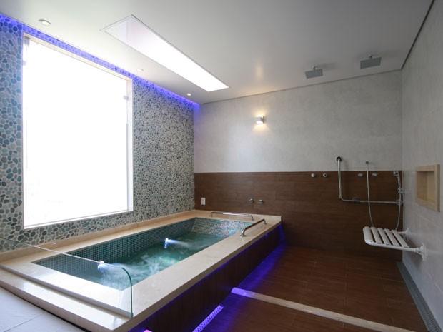 Banheiro adaptado de suíte para deficientes em motel (Foto: Daniel Froelich/Ricardo Freire/Divulgação)
