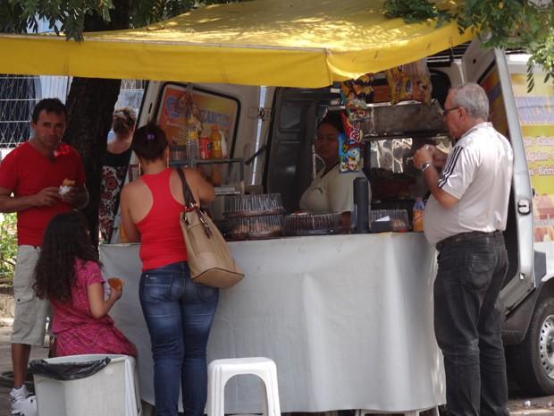Busca por salgados, massas, associado por falta de exercício contribui para aumento de pessoas com sobrepeso no Recife. (Foto: Katherine Coutinho / G1)