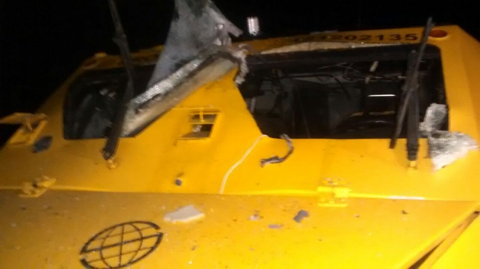 Carro-forte foi atacado por criminosos próximo à cidade de São Pedro do Potengi. (Foto: Divulgação / PM)