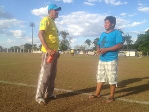 O técnico do Souza (à direita) e o intérprete Silvino Sirnawe (á esquerda) ajudam os garotos indígenas na comunicação (Foto: Edson Reis/GloboEsporte.com)