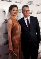 Katie Holmes e Matthew Perry vão a première de série nos Estados Unidos