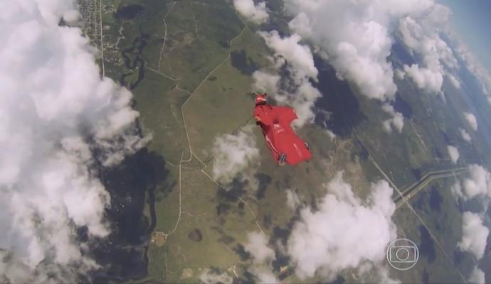 Luigi Cani saltando nas nuvens (Foto: Reprodução TV Globo)
