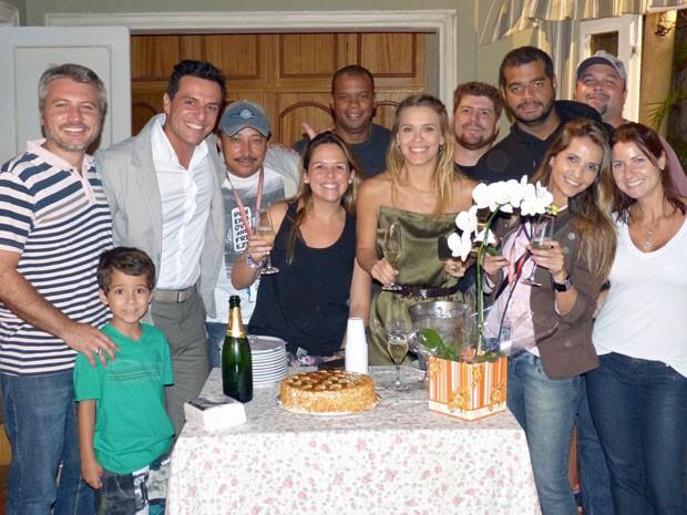 Carolina Dieckmann celebra o fim do trabalho com os amigos de Salve Jorge (Foto: Salve Jorge/TV Globo)