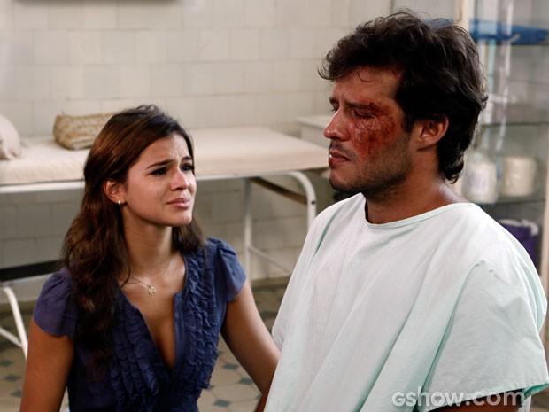 Helena se emociona quando vê a cicatriz (Foto: Em Família/ TV Globo)