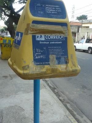 Caixa quebrada chegou a ser lacrada por moradores (Foto: Rita da Silva/ TEM Você)