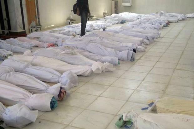 Foto divulgada por um site de notícias sírio mostra o  onde seriam corpos de vítimas do massacre ocorrido no sábado em Houla, na Síria (Foto: AP)