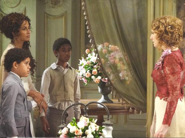 Elias descobre quem é sua verdadeira avó (Foto: Lado a Lado / TV Globo)