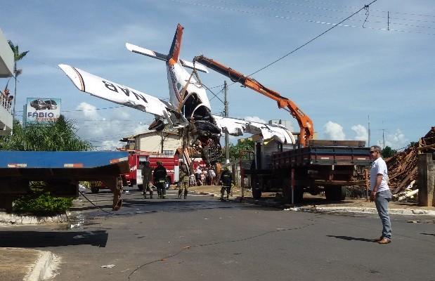 Remoção de aeronave que caiu sobre casa em Luziânia, Goiás (Foto: Diego Araújo/TV Anhanguera)