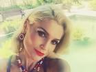 Flávia Alessandra posta selfie em gravação e decote chama atenção