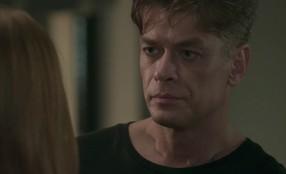 Arthur desiste de beijar Eliza