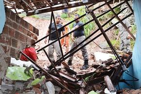 Adolescente fica soterrada após deslizamento de barreira na PB (Foto: Walter Paparazzo/G1)