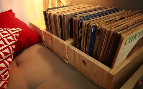 Veja como usar caixotes de feira para organizar os vinis da casa e dar charme à decoração