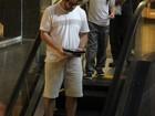 Murilo Benício passeia com o filho Pietro em shopping no Rio