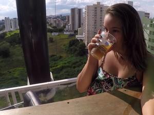 Público enfrenta medo para tomar cerveja em bar nas alturas (Foto: Jomar Bellini / G1)