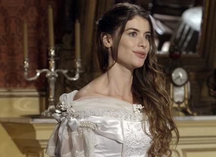 Felipe flagra Lívia vestida de noiva e fica encantado