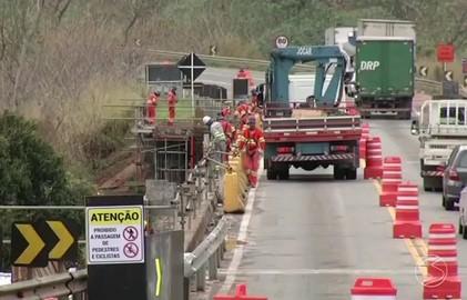Instalação de vigas em ponte interdita trecho da BR-393 no Sul do Rio