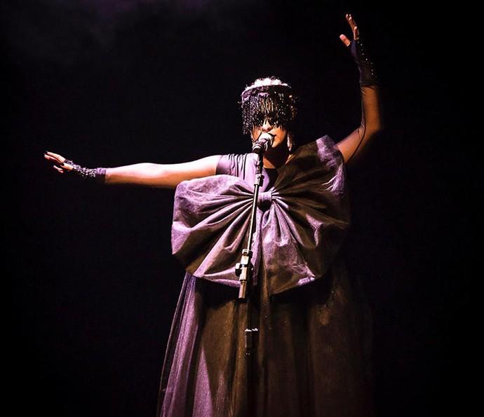 Alice Caymmi com figurino de Iansã no espetáculo Rainha dos Raios (Foto: Divulgação)