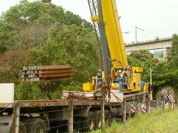 Equipes retiram os vagões do trem que descarrilou perto de casas em Jaguariúna (Foto: Reprodução / EPTV)