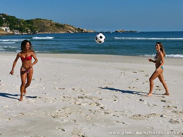 Fernanda Pontes e Cinara Leal aproveitam intervalo em gravações para bater uma bolinha (Foto: Flor do Caribe / TV Globo)