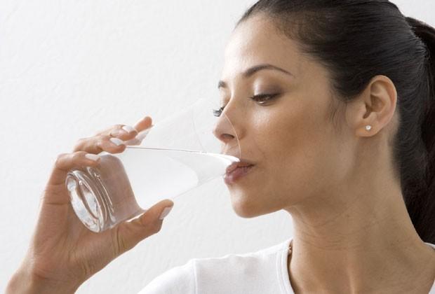 A quantidade de água que você deve ingerir num dia depende de alguns fatores, como peso e clima (Foto: Thinkstock)