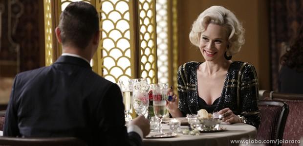 Aurora desmarcar encontro com Manfred e sai para jantar com outro homem (Foto: Fábio Rocha/TV Globo)