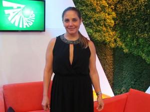 Heloisa Perissé com vestido preto com detalhes em dourado (Foto: Perla Rodrigues/TV Globo)