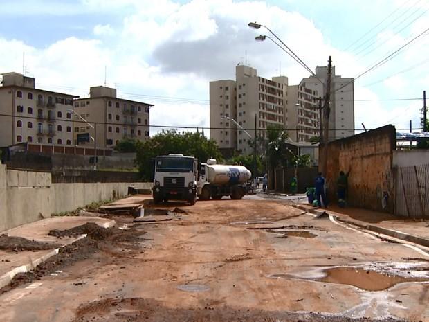 Enxurrada destruiu asfalto e arrastou até carros (Foto: Reprodução/ EPTV)
