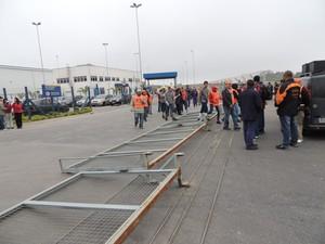 Depois de invadir empresa, manifestantes continuam (Foto: Pedro Carlos Leite/G1)
