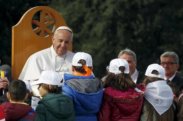 Papa Francisco é rodeado por crianças no bairro pobre de Scampia durante visita a Nápoles (Foto:  Reuters/Ciro De Luca)