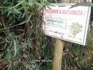 Placas de sinalização estão deterioradas em parque fechado de Itapetininga (Foto: Reprodução/TV TEM)