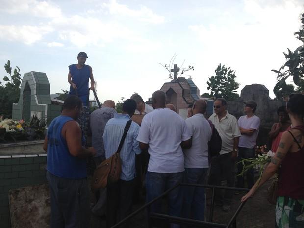 O sambista Delcio Carvalho foi sepultado no Cemitério de Irajá (Foto: Glenda Almeida / G1)