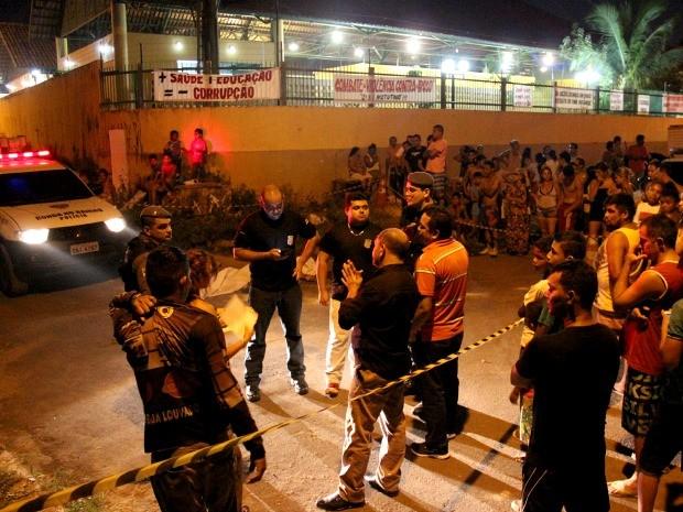 Homicídio ocorreu próximo a escola, na noite desta sexta-feira (29) (Foto: Jamile Alves/G1 AM)