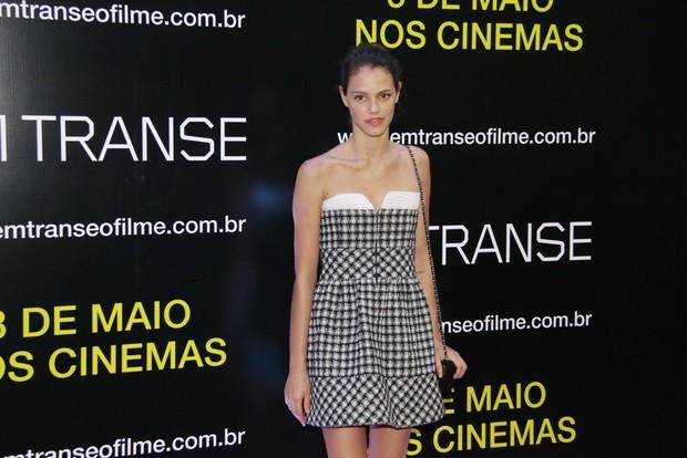 """Laura Neiva na estreia do filme """"Em Transe"""" (Foto: Isac Luz / EGO)"""