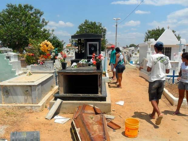 Túmulos foram violados durante a madrugada (Foto: Daniel  Jacinto/Cedida)